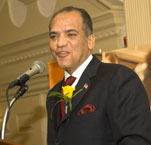 Tino Hernandez '88 receives the 2006 Distinguished Alumni Award.