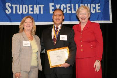 Daren Pon accepts Chancellor's Award