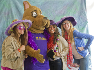 students stand with Lil' D, UAlbany's junior mascot